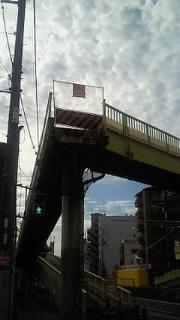 撤去途中の歩道橋と秋の空
